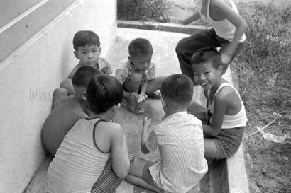 children play near alexandra canal 26101974a