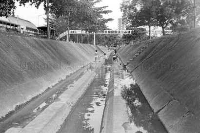 children play near alexandra canal 26101974c