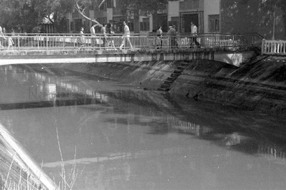 crossing the alexandra canal 02111974a