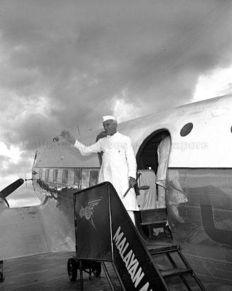india prime minister pandit nehru at kallang airport 27121954a