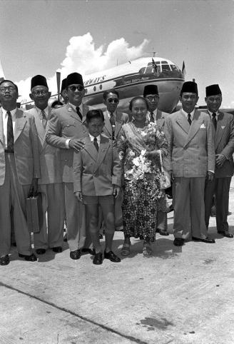 president soekarno at kallang airport 14051956b