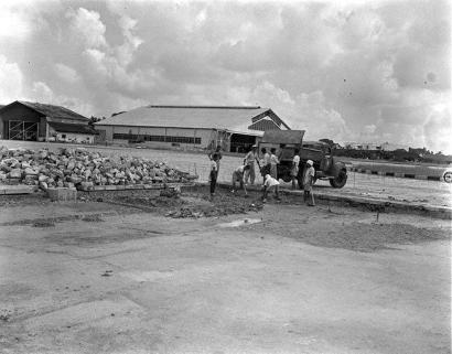 workers at kallang airport 1950a