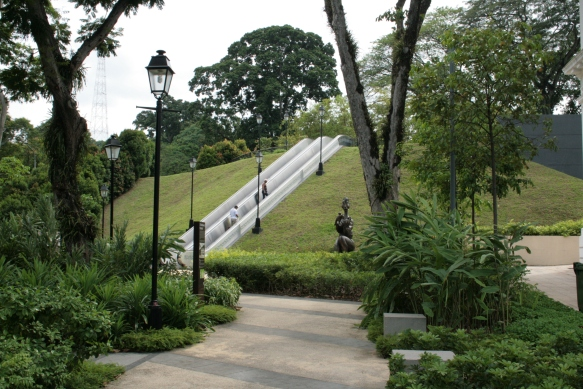 Escalators_leading_to_Fort_Canning_Hill,_Singapore_-_20100327.jpg